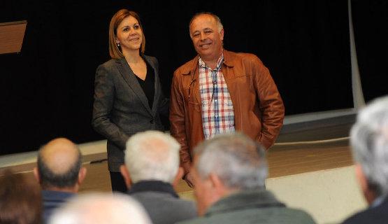 María Dolores de Cospedal junto a Fernando Ledesma, alcalde de Palomeque