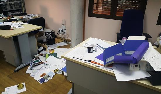 Interior del Ayuntamiento de Burguillos de Toledo tras el asalto | periodicoclm.es