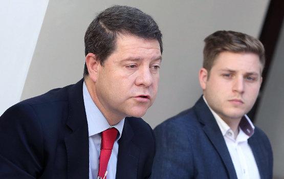 Emiliano García-Page junto a Nacho Hernando, en segundo plano | Foto: Álvaro Ruiz