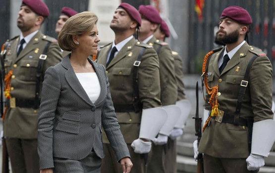 La ministra María Dolores de Cospedal, pasando revista a tropas | EFE/Archivo