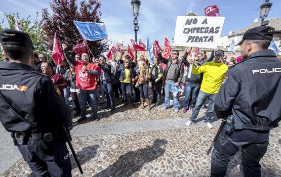Vigilantes de la JCCM a las puertas del Palacio de Fuensalida | EFE/Archivo