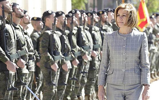 La ministra Cospedal pasando revista a las tropas | Foto: Marco Romero