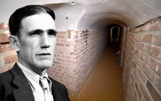 Cipriano Mera junto a una imagen interior del bunker | Foto y vídeo de Nueva Alcarria
